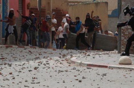 عرض شريط فيديو من تصوير الزفزافي يحرض فيه ملثمين على إحراق سيارات الأمن