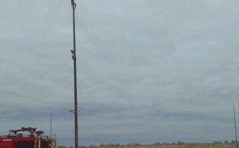 شاب يصعد عمودا للاتصالات وسط ميناء طانطان مهددا بالانتحار (فيديو)