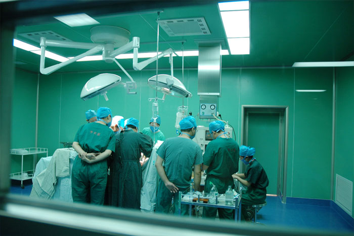 نجاح أول عمليتين جراحيتين لاستبدال صمامات القلب بمستشفى محمد السادس بطنجة