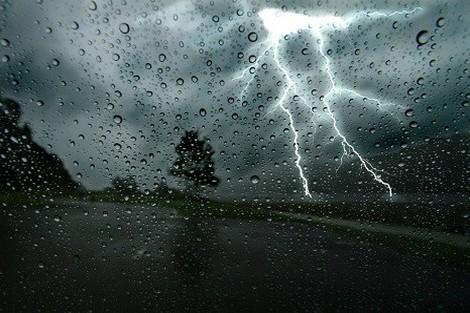 نشرة إنذارية:  عواصف رعدية وأمطار بالعديد من الأقاليم