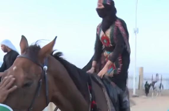 فتيات سعوديات يمتطين الخيول كفارسات محترفات في سوق عكاظ (فيديو)