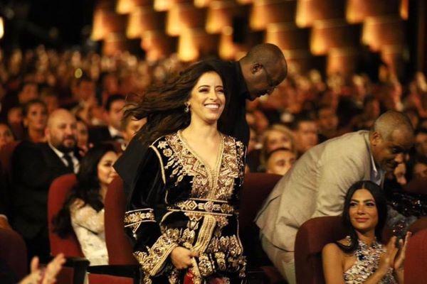 ممثلة مغربية تسقط امام الملأ... نسرين الراضي تتعثر امام الخشبة في مصر (فيديو)