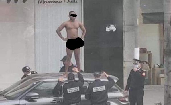 هذه قصة الشخص عاري الجسد يقف على سطح سيارة،